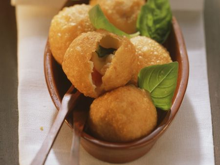 Kartoffelklößchen mit Tomate-Mozzarella gefüllt