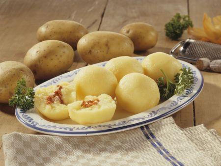 Kartoffelklöße mit Speck gefüllt