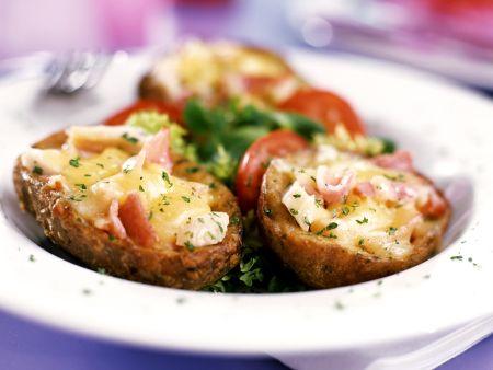 Kartoffeln mit Füllung und Salatgarnitur