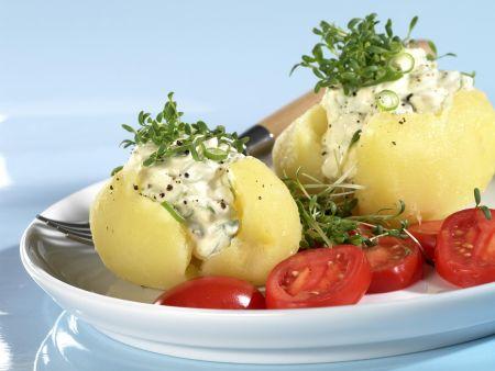 Kartoffeln mit Lauchzwiebelquark und Tomatenschreiben
