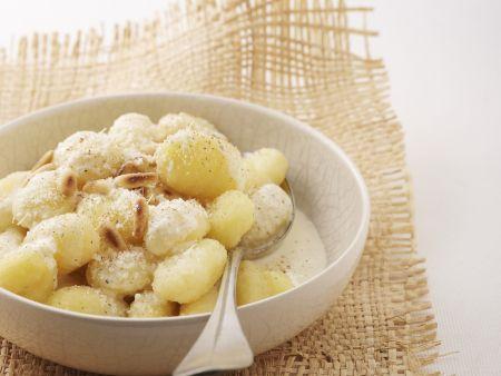 Kartoffelnockerl mit  Käsesoße und Pinienkernen