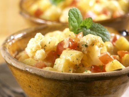 Kartoffelsalat auf indische Art mit Blumenkohl und Tomaten