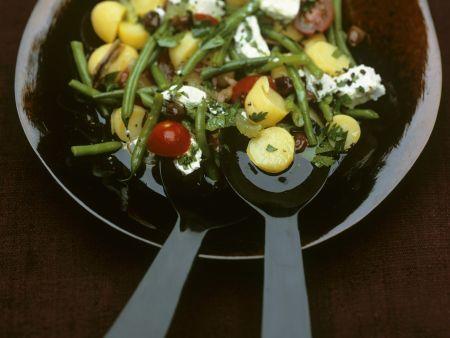 Kartoffelsalat auf mediterrane Art mit grünen Bohnen und Ziegenkäse