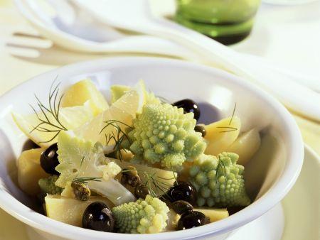 Kartoffelsalat mit Romanesco, Oliven und Kapern