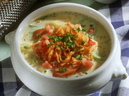 Rezept: Kartoffelsuppe mit gerösteten Zwiebeln und Würstchen