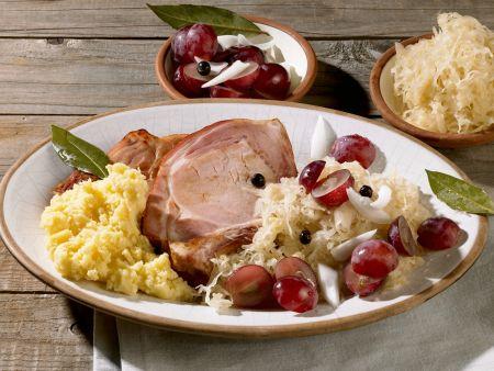 Kassler mit Püree, Sauerkraut und Weintrauben