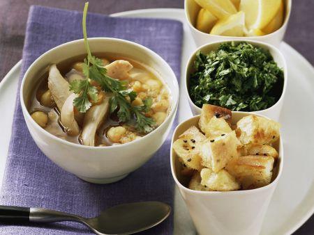 Kichererbsen-Geflügel-Suppe dazu Fladenbrot, Kräuter und Zitrone