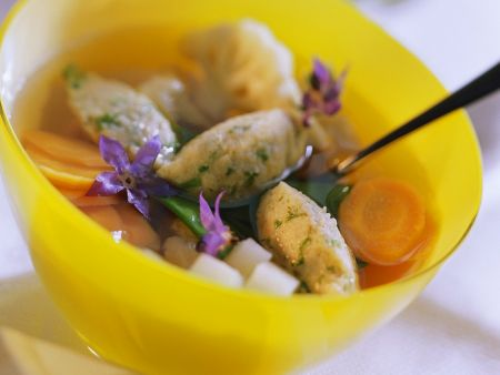 Klare Suppe mit Gemüse und Grießklößchen