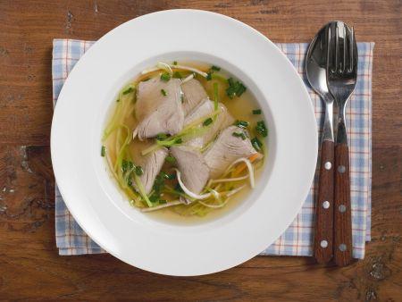 Klare Suppe mit Rindfleisch
