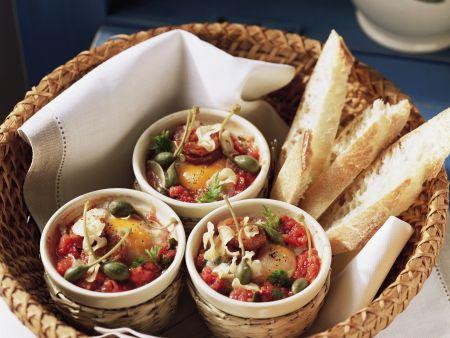 Kleine Eierpfannen mit Kapern und Tomaten dazu Weißbrot