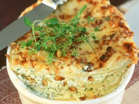 Kleine Lasagne mit Kräuterfrischkäse und Nüssen
