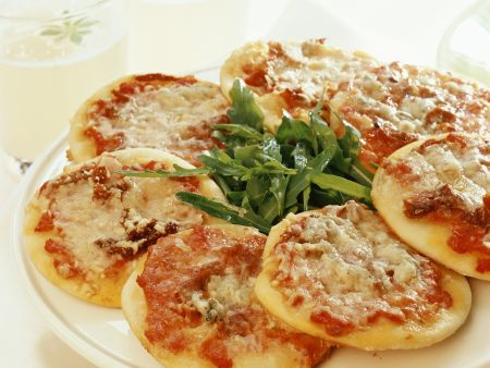 Kleine Pizza und Rucolasalat