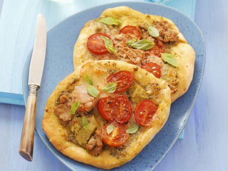 Kleine Pizzen mit Thunfisch, Mozzarella und Pesto