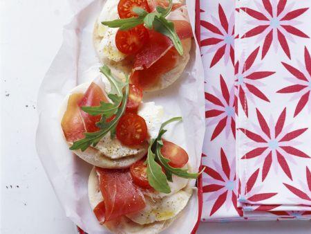 Kleine Pizzen mit Tomate-Mozzarella, Schinken und Rucola