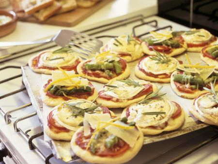 Kleine Pizzen mit Ziegenkäse und Spargel