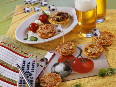 Kleine Pizzen und Spießchen zum Fußballspiel