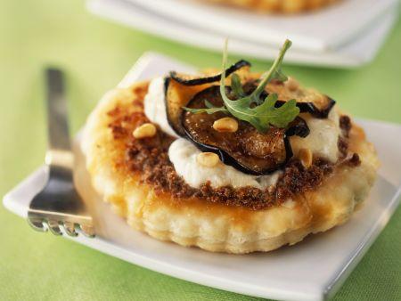 Kleine Tartes mit Mozzarella und Aubergine