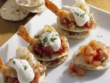 Kleine Tortillas mit Tomate, Shrimps und Frischkäse