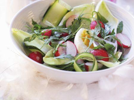 Knackiger Salat mit Ei und Radieschen