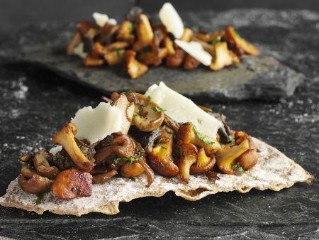 Knackiges Brot mit gemischten Pilzen und Parmesan