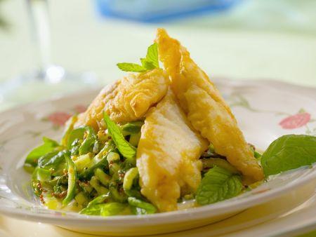 Knusprige Kablejaufilets mit Kohl-Minz-Salat