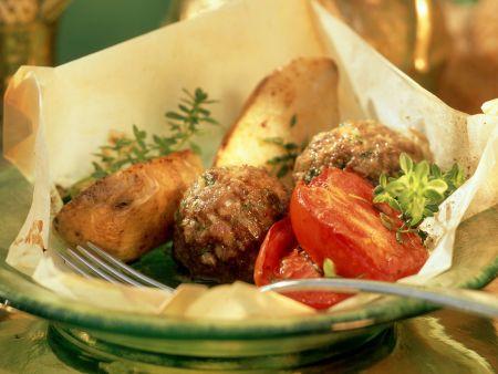Rezept: Köfte mit Tomaten und Kartoffelwedges