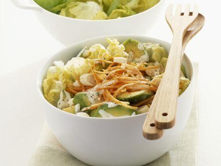 Kopfsalat mit Lauchzwiebeln, Möhren und Avocado