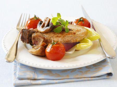 Kotelett mit Champignons, Zwiebeln und Tomaten