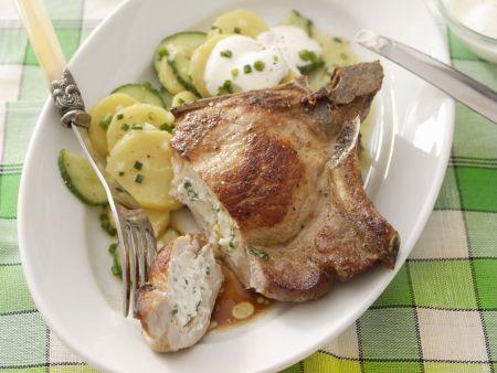 Kotelett mit Füllung dazu Gurken-Kartoffel-Salat
