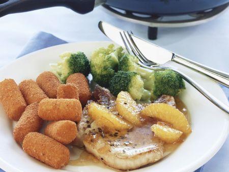 Kotelett mit Orangensoße dazu Brokkoli und Kartoffelkroketten