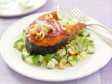 Kotelett vom Lachs mit Couscoussalat und Cashewnüssen
