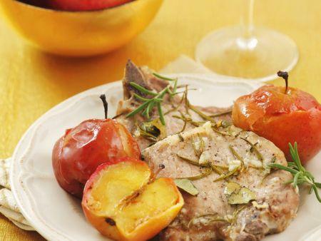 Koteletts vom Schwein mit Äpfeln und Kräutern