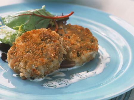 Krabbenküchlein mit kleinem Salat