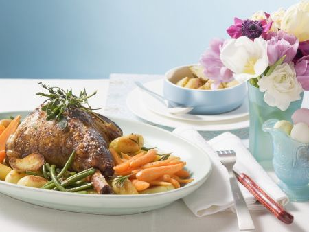 Kräuter-Lammhaxe mit Gemüse