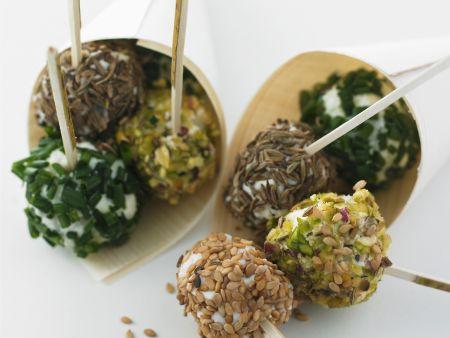 Kräuter-und Gewürzbällchen aus Ziegen-Schafskäse (Brocciu)
