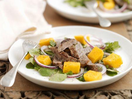 Kräutersalat mit Mango und Steakstreifen