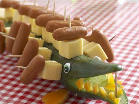 Krokodil aus Gurke, Käse und Würstchen