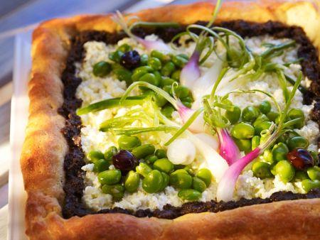Kuchen mit Käse, Gemüse und Tapenade