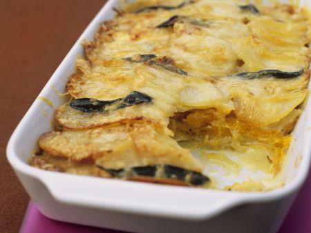 Kürbis-Kartoffel-Gratin mit Salbeiblättern