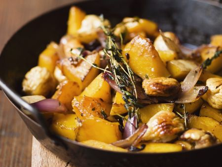 Kürbispfanne mit Kastanien und Zwiebeln