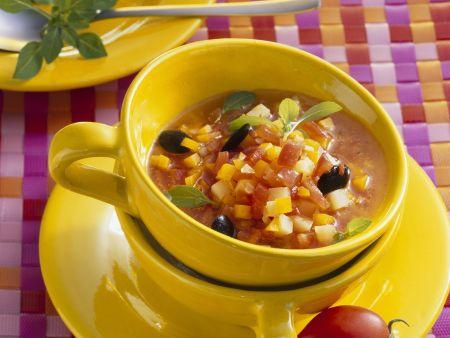 Rezept: Kürbissuppe mit Oliven und Tomaten