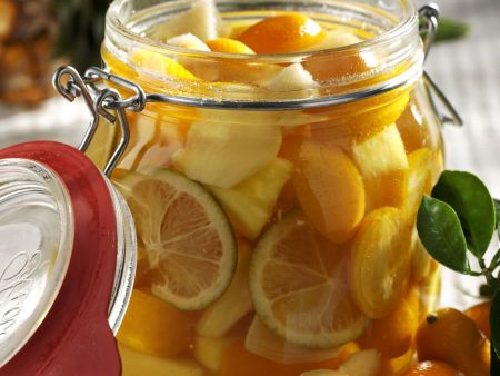 Kumquats, Ananas und Ingwer in Rum