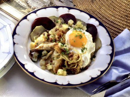 Labskaus mit geräuchertem Fisch, Roter Bete, Gurken, Zwiebeln und Ei