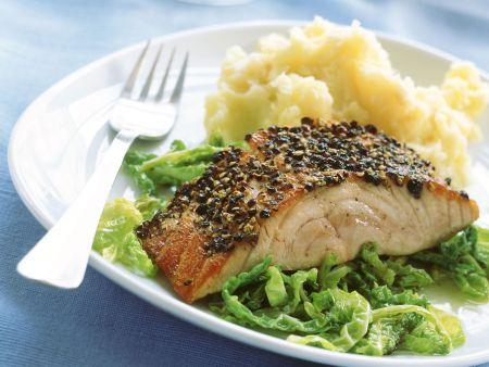 Lachs mit Pfefferkruste, Selleriepüree und Wirsingemüse