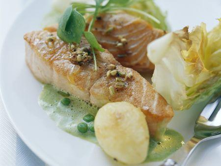 Lachs mit Soße aus Erbsen und Kopfsalat