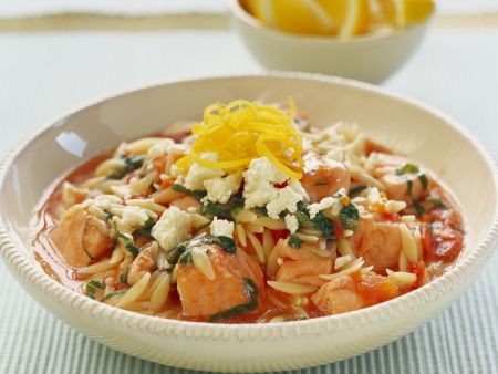 Lachs-Nudel-Eintopf mit Tomaten und Feta