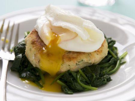 Lachsbratling mit verlorenem Ei und Spinat