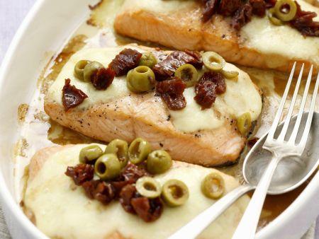 Lachsfilet mit Mozzarella, getrockneten Tomaten und Oliven