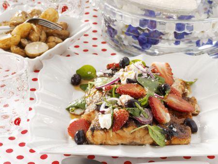 Lachsfilet mit Sojasoße, Obst und Feta