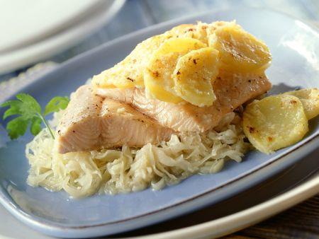Lachsforelle mit Kartoffeln auf Sauerkraut